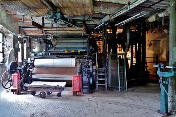 Blankenberg, Blick vom Tor auf die Papiermaschine