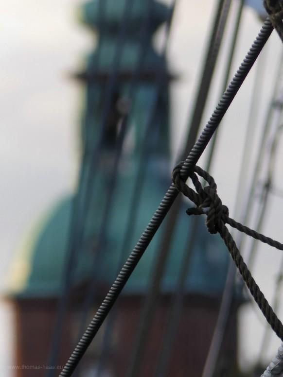 Blick durch die Takelage auf St. Nicolai in Kappeln, April 2021