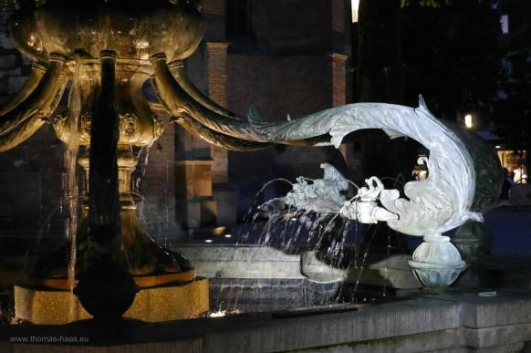 Der Delphinbrunnen in der Nacht, Ulm, Südl. Münsterplatz, 2021